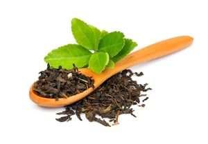 Schwarzer Tee auf Löffel