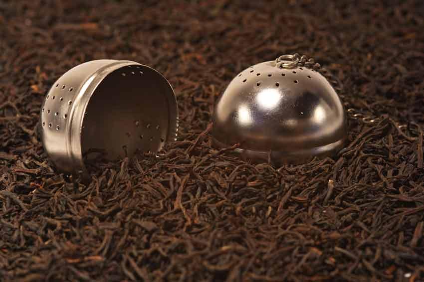 Ein Teeei mit schwarzem Tee
